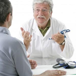 Examens médicaux d'un sénior par un médecin de l'hôpital